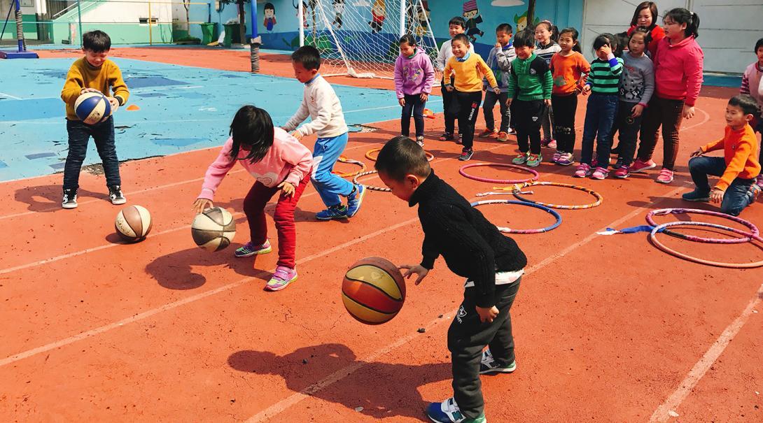 Estudiantes chinos participando en actividades deportivas para fomentar su crecimiento adecuado.
